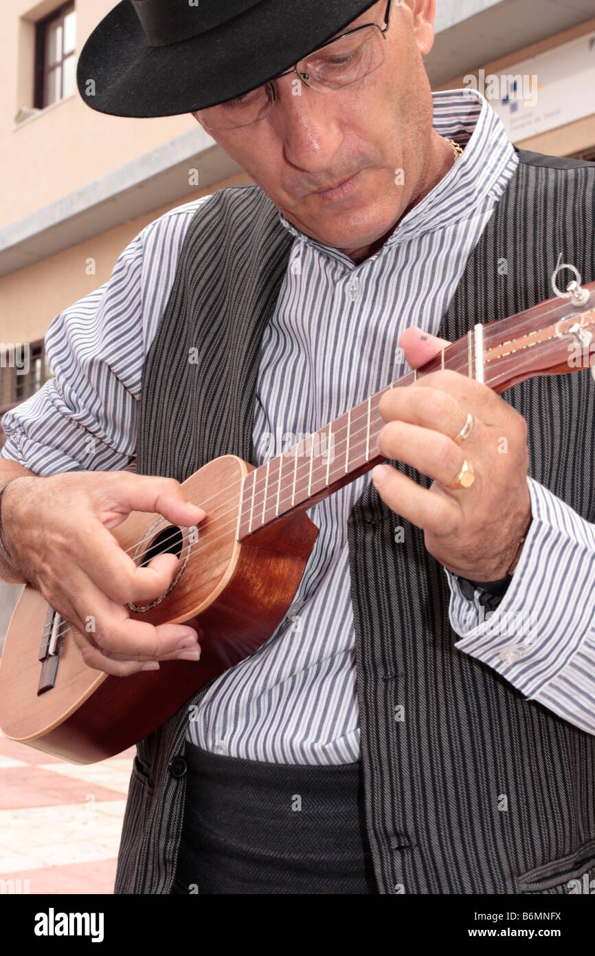 Ein Musiker in traditioneller Kleidung spielen eine Timple an der jährlichen Romeria in Adeje-Teneriffa-Kanarische Stockbild