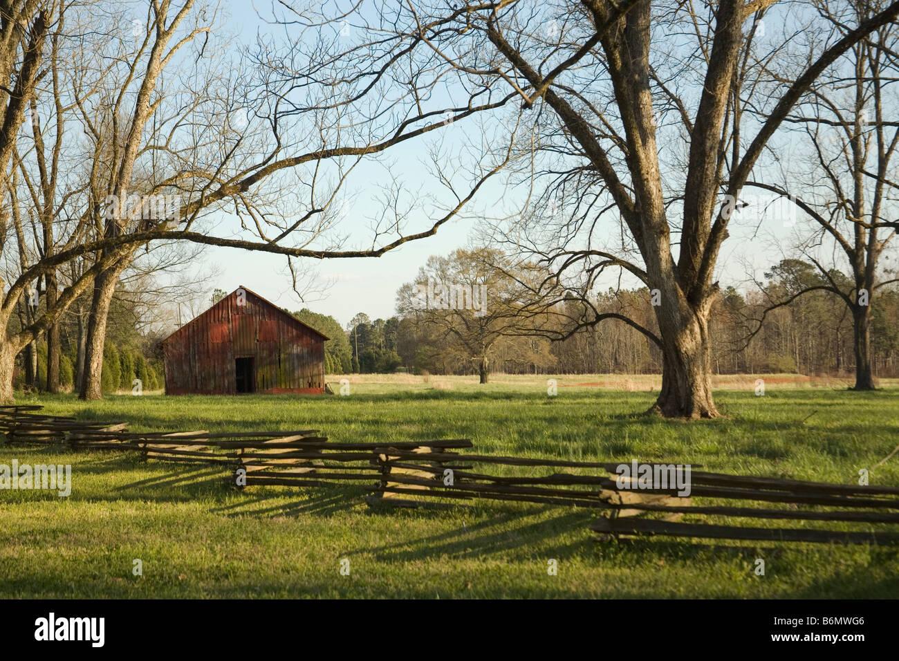Rote Scheune In Grune Wiese Hinter Split Zaun Aus Holz Madison