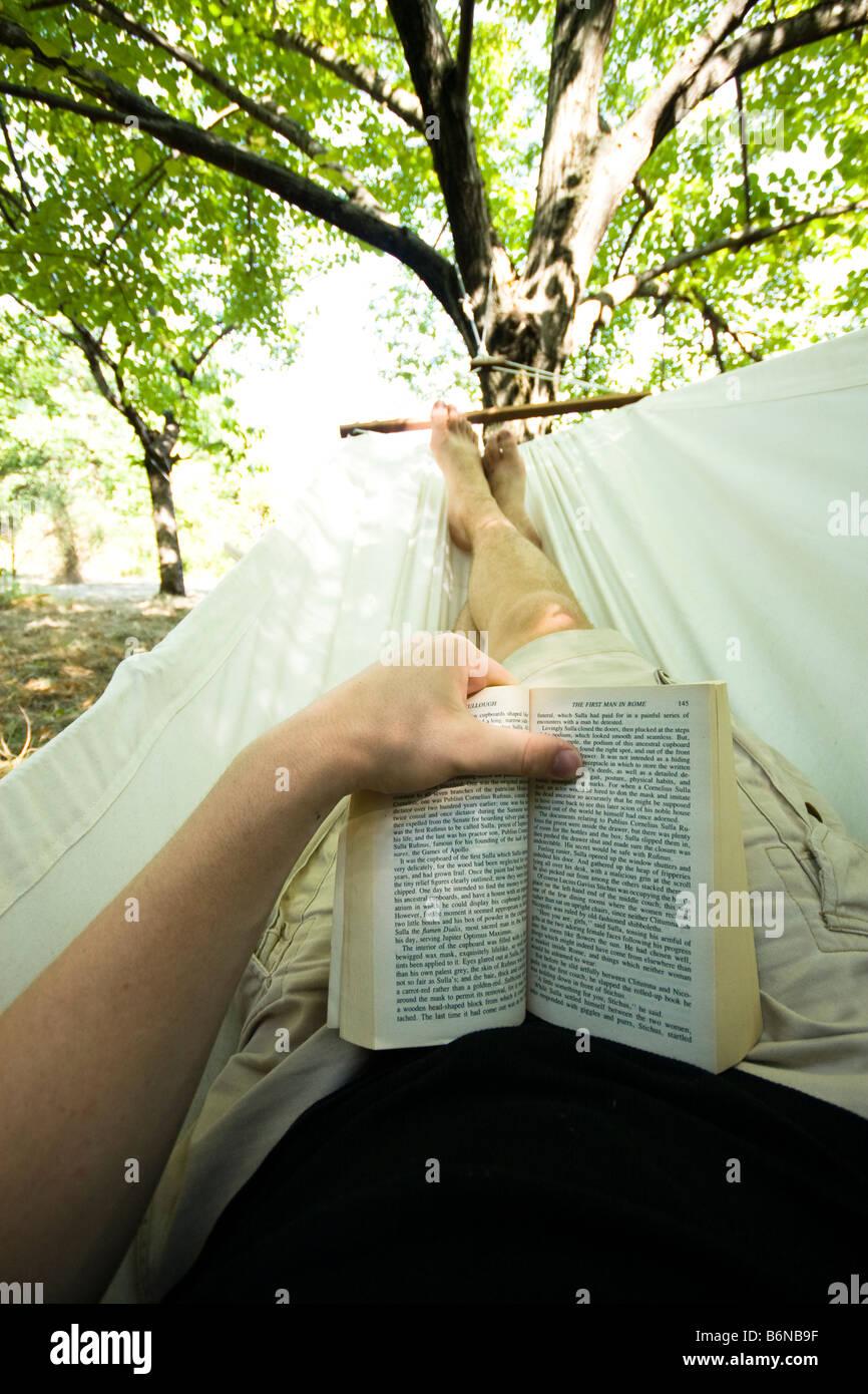 Ein Buch in der Hängematte Stockbild
