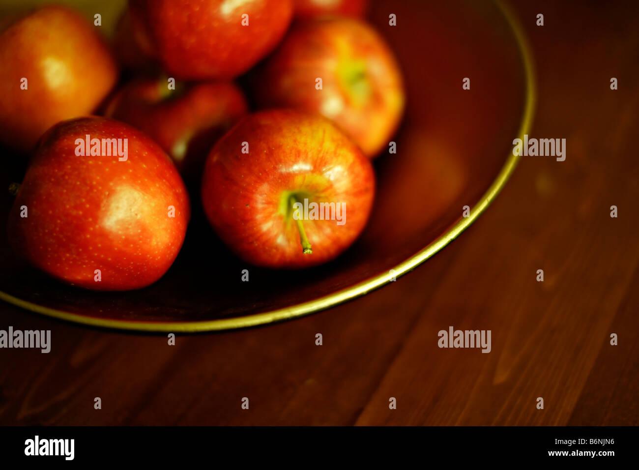 Schale mit Äpfeln auf Tisch Stockbild