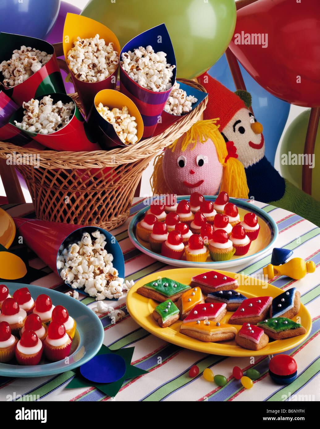 Kids Party Essen Popcorn Und Cupcakes Stockfoto Bild 21380901 Alamy
