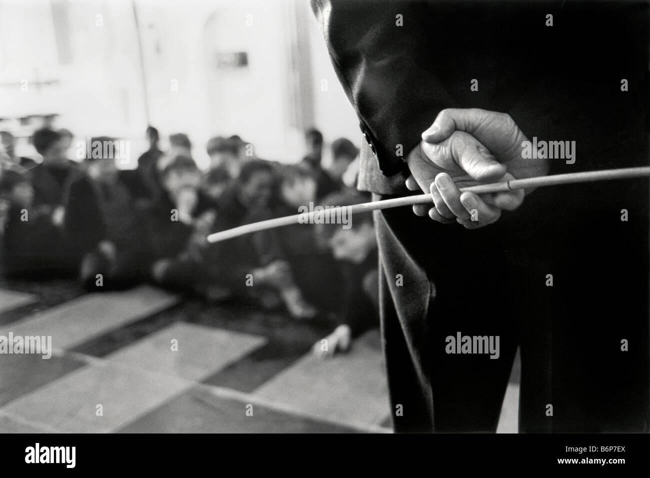 Hände des Lehrers mit Zuckerrohr in den Schulraum Stockbild