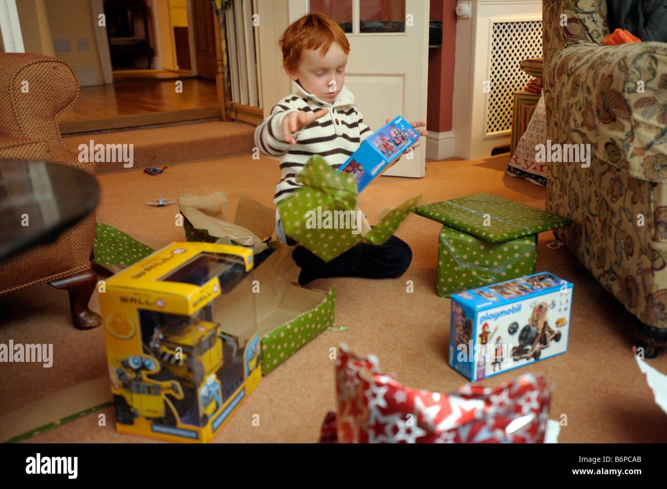 Ein 4 Jahre Alter Junge Packt Xmas Geschenke 2009 25 Dez