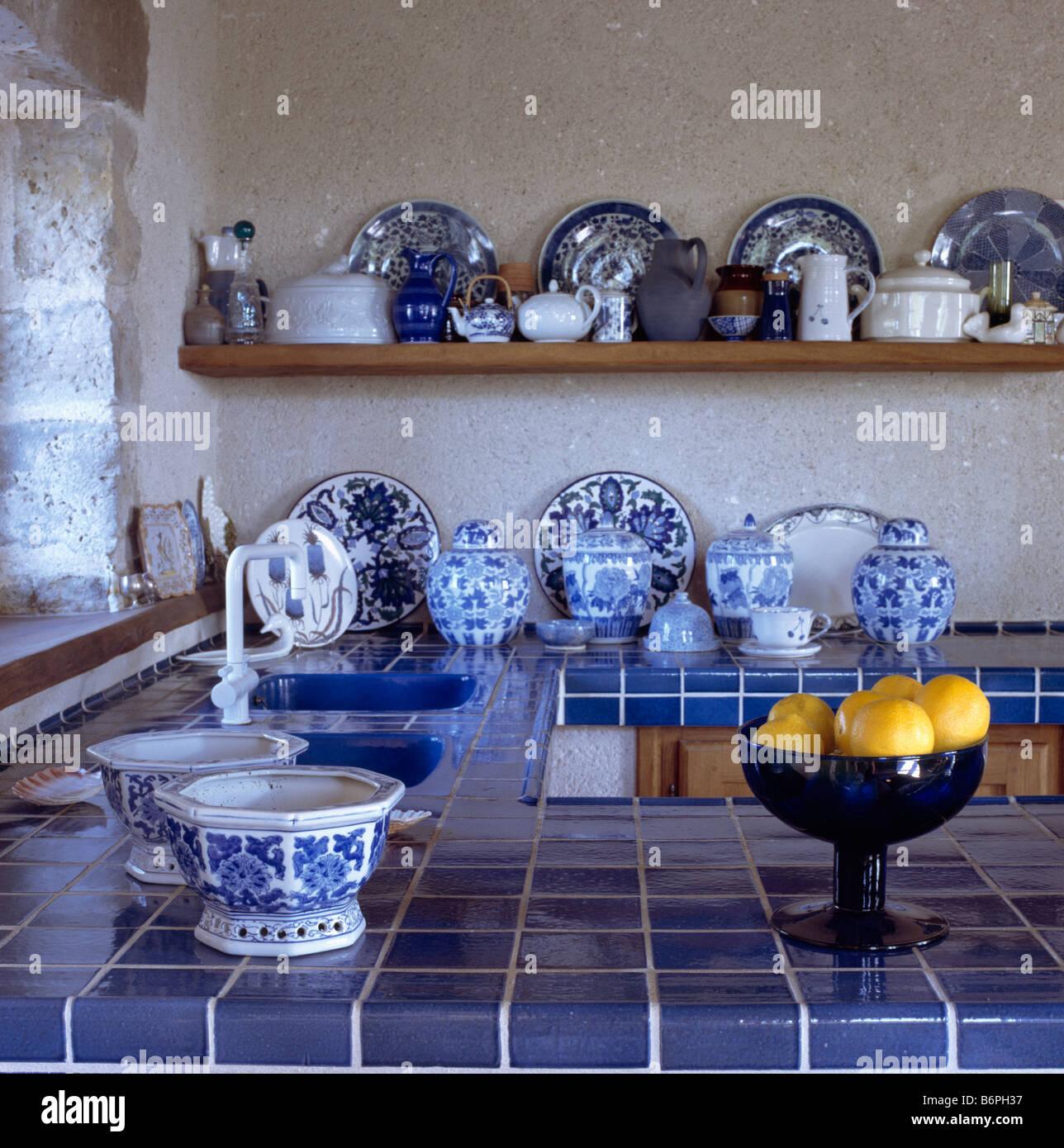 Blau Geflieste Arbeitsplatte Und Sammlung Von Blauen Und Weissen