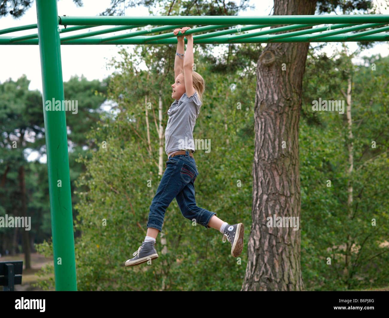 Klettergerüst Am Hang : Kleines mädchen 8 jahre alt hängen vom klettergerüst der niederlande