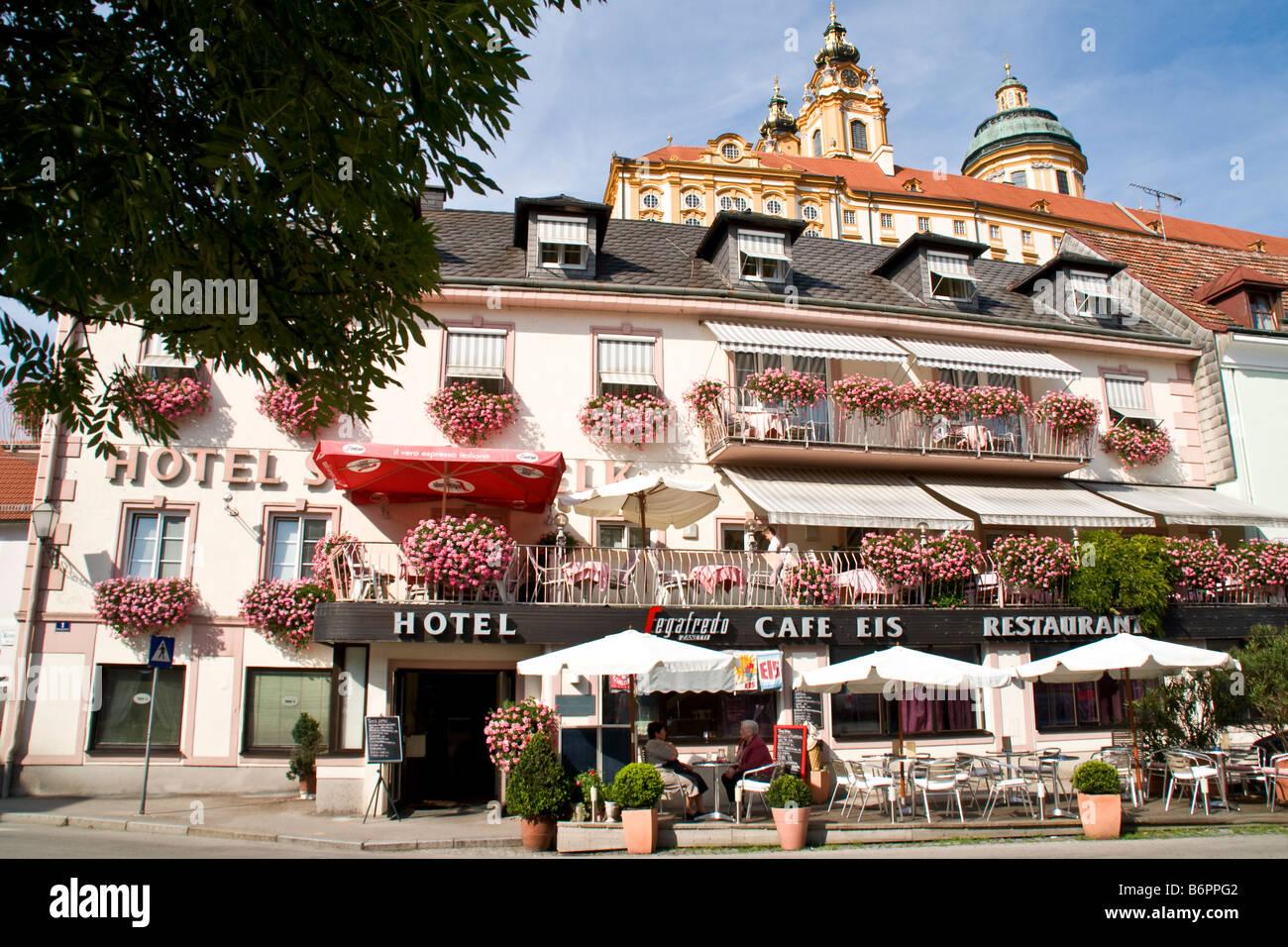 Melk Abbey drohend über Hotel Stadt Melk in der Stadt unten in malerischen Wachau Tal entlang der Donau Stockbild