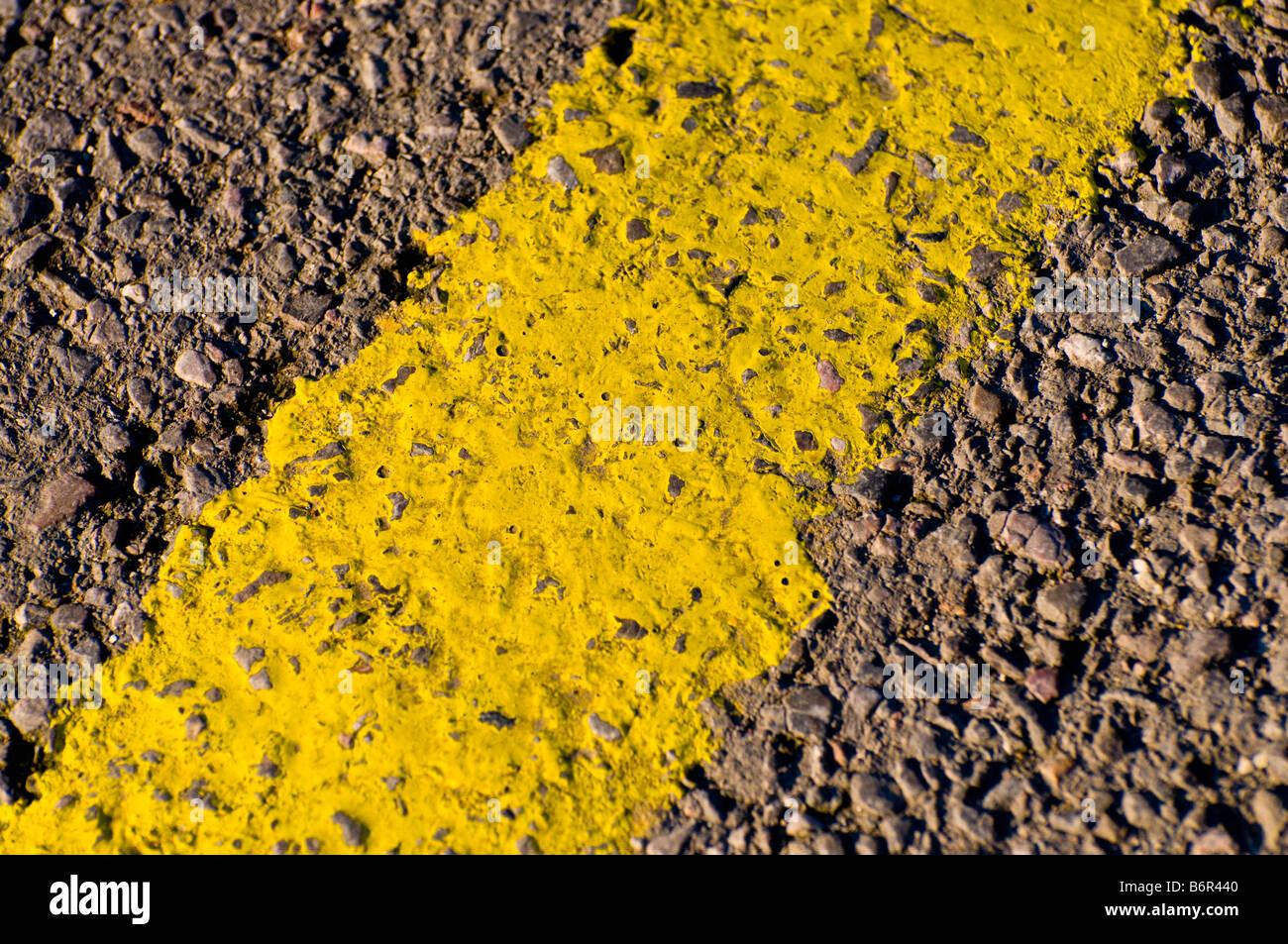 Gelbe Straßenlinie Stockfoto