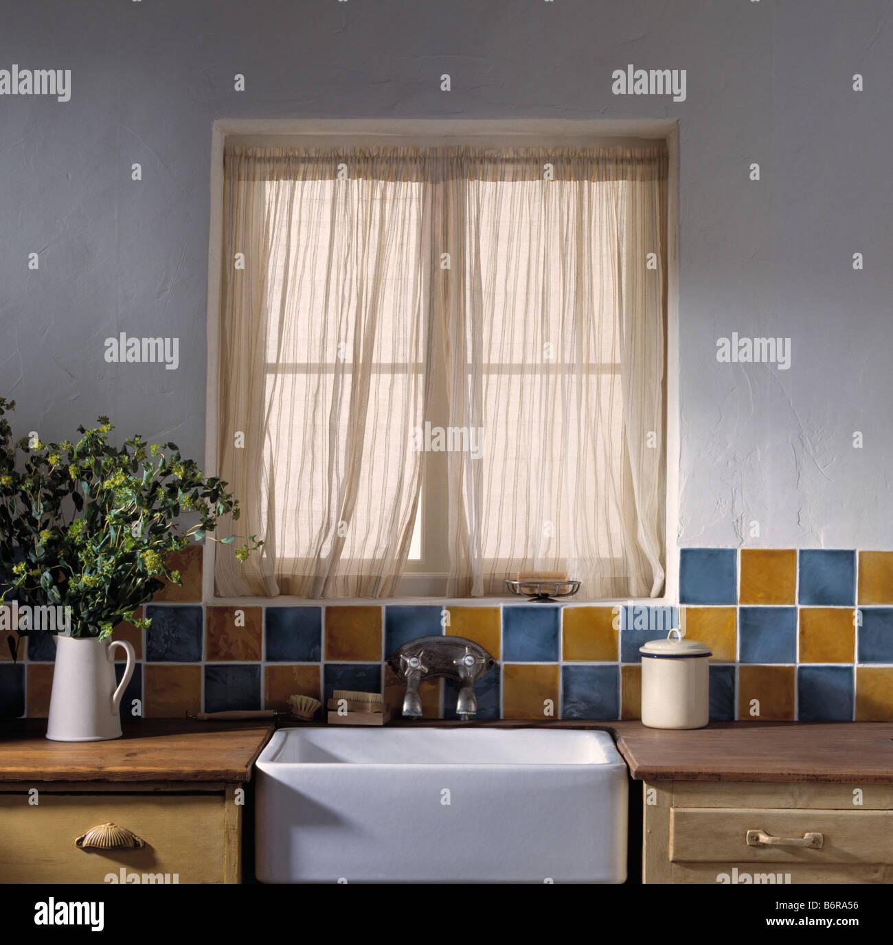 Reine Baumwolle Vorhänge am Fenster oben weißer Keramik Waschbecken ...
