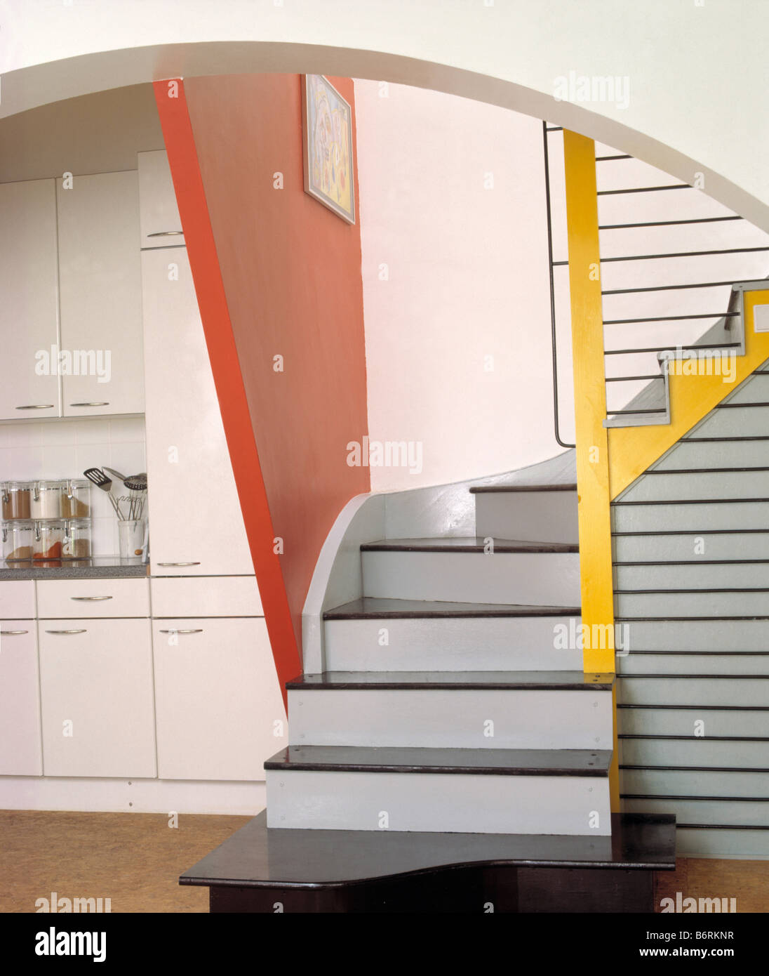 Graue Treppe Mit Gelben Geländer Und Rote Wand Aus Weißen Küche