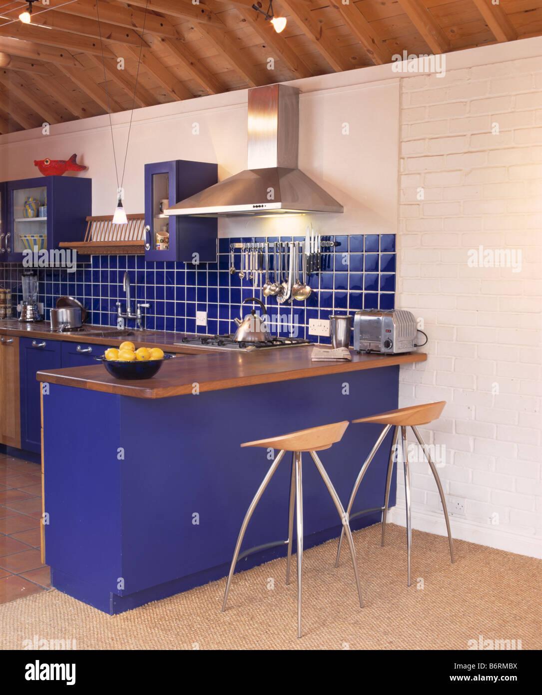 Holz und Metall Hocker an Frühstücksbar mit Holz Arbeitsplatte in ...