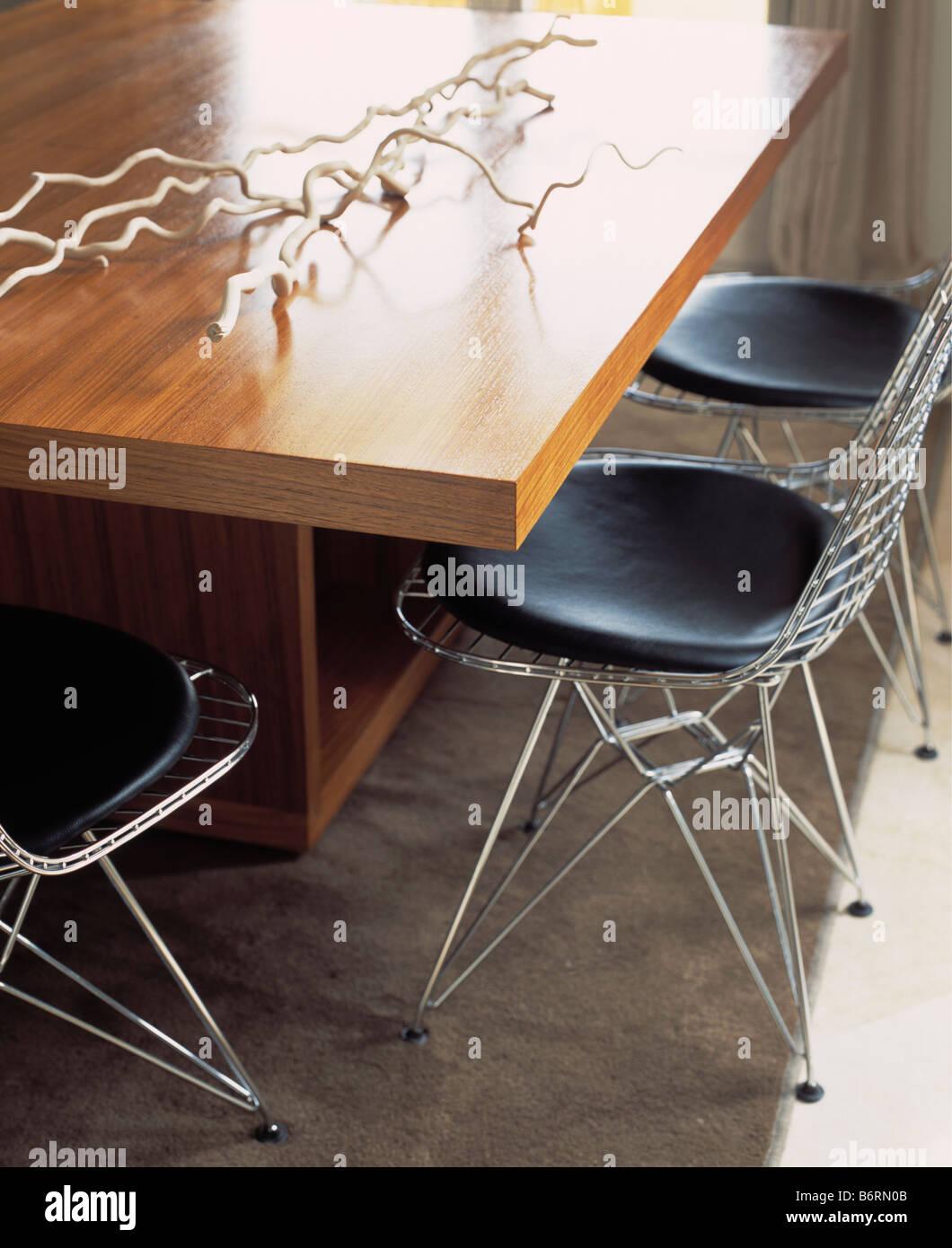 nahaufnahme von gerahmten metallsthlen mit schwarzen sitzen an modernen esstisch stockbild - Esstisch Mit Bankettbestuhlung