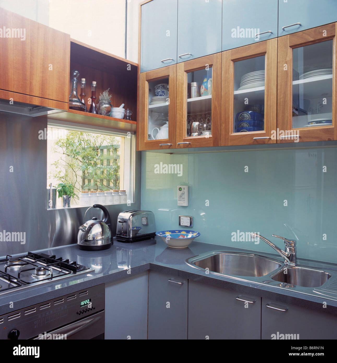 Holzwand Schränke oben Glas Spritzschutz in modernen Küche mit Chrom ...