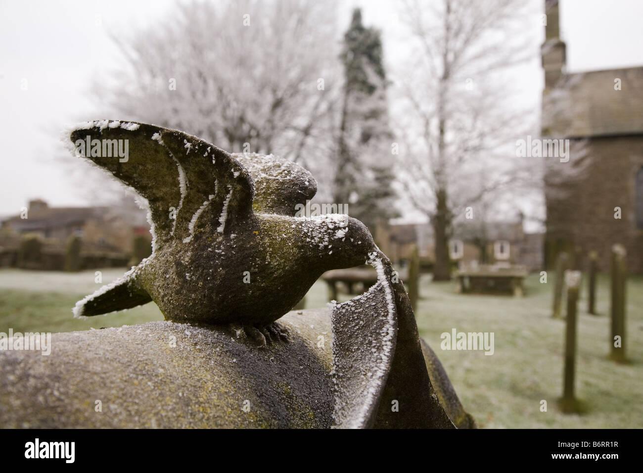 Hoare Frost deckt einen Grabstein eingedenk St Giles Kirchhof im historischen Dorf Bowes geformte Gestalt einer Stockbild
