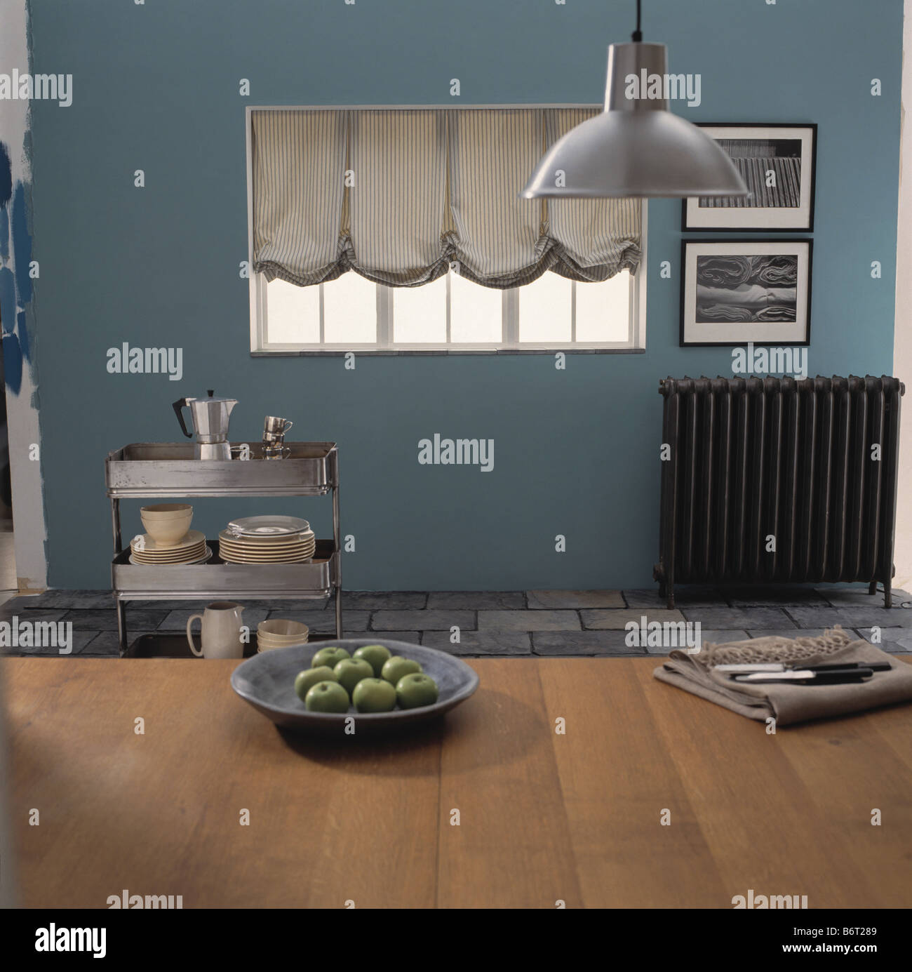 Metall Pendelleuchte über Holztisch im blauen Wirtschaft Küche mit ...