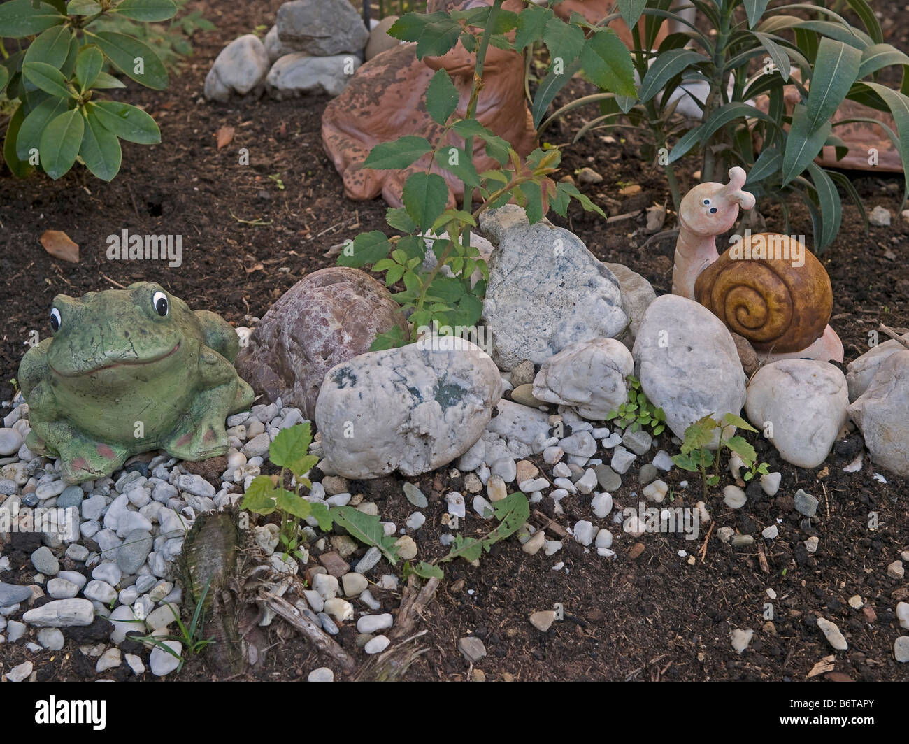 Lustige Figuren Ein Frosch Und Schlange Im Garten Stockfoto Bild
