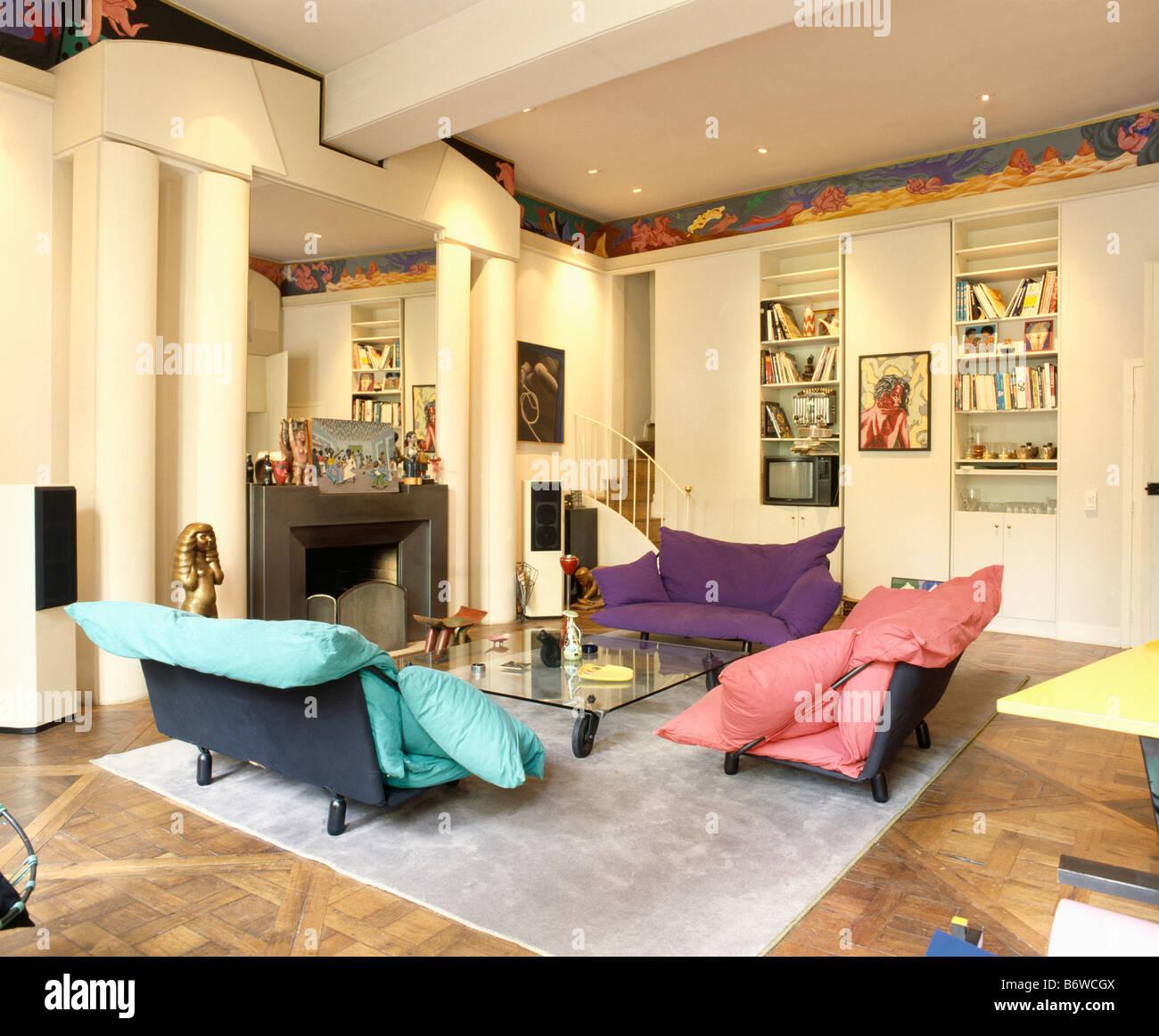Große rosa und Türkis Kissen auf Sofas im Wohnzimmer mit Säulen auf ...