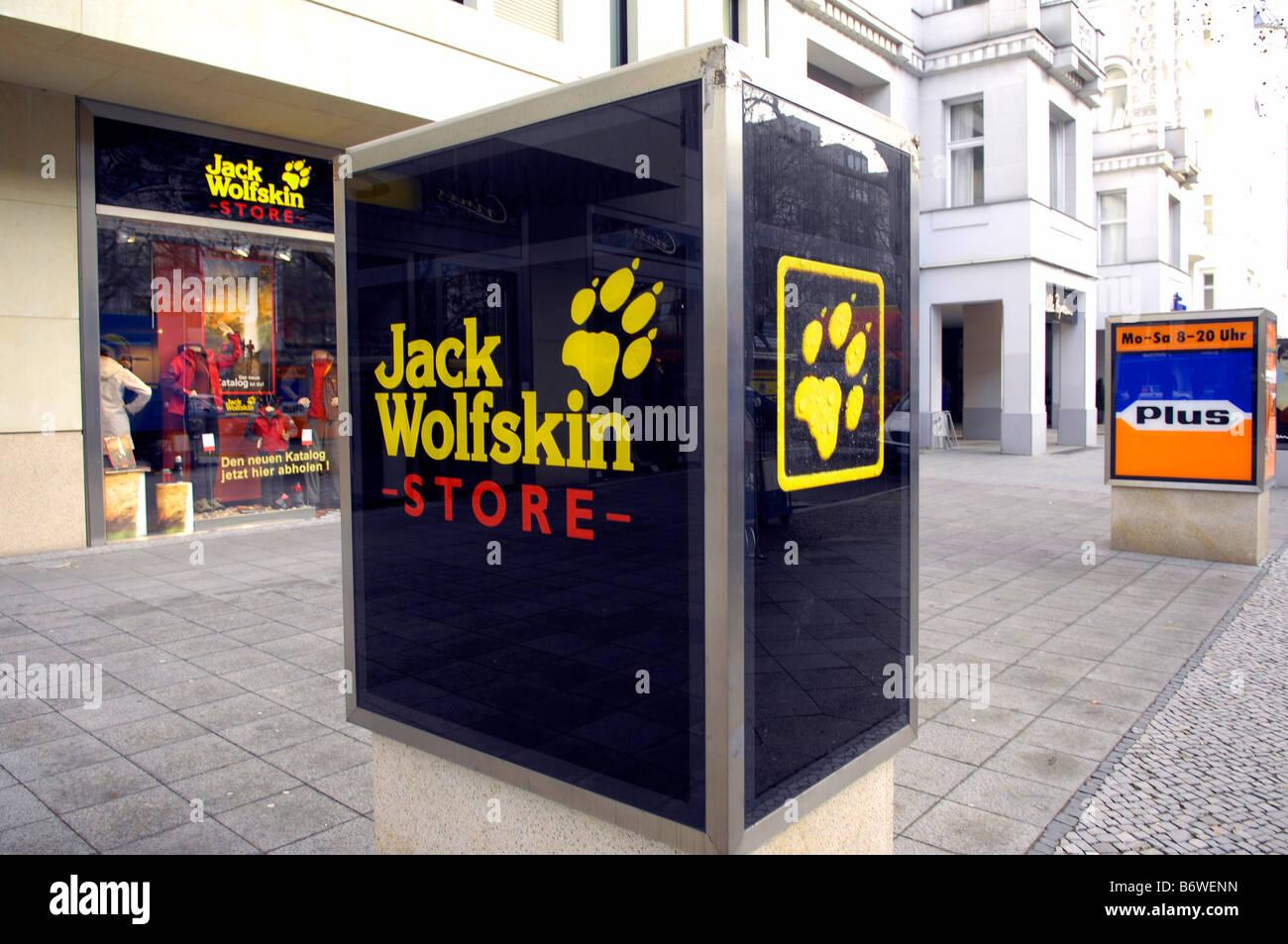 8713e1db829caa Jack Wolfskin Store Outdoorbekleidung Berlin Deutschland deutschland ·  DIGITEYES   Alamy Stock Foto