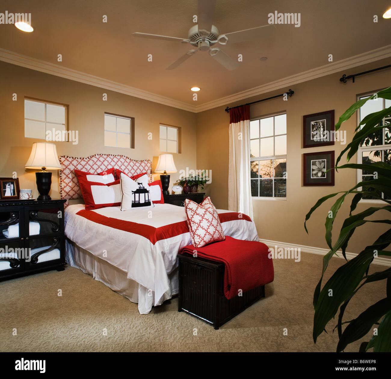 Zeitgenössische Schlafzimmer mit roten und weißen Akzenten Stockfoto