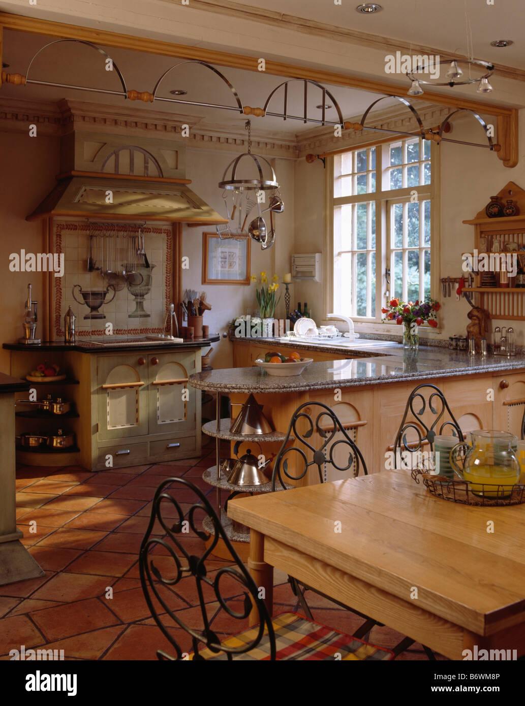Metall-Stühle und Tisch in große Küche Esszimmer mit dekorativen ...