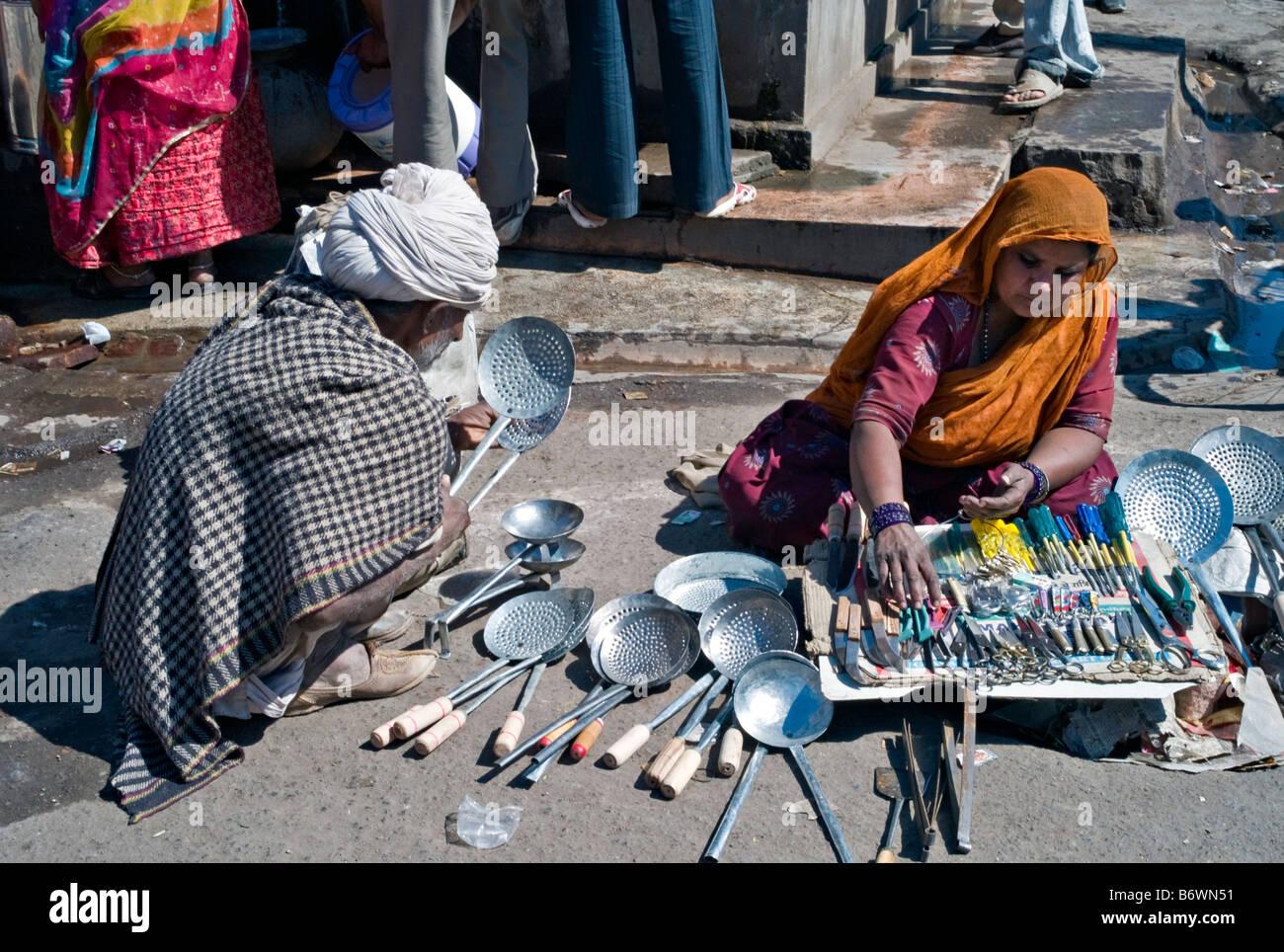 Indien RAJASTHAN JODHPUR indische Frau sitzt auf der Straße ...