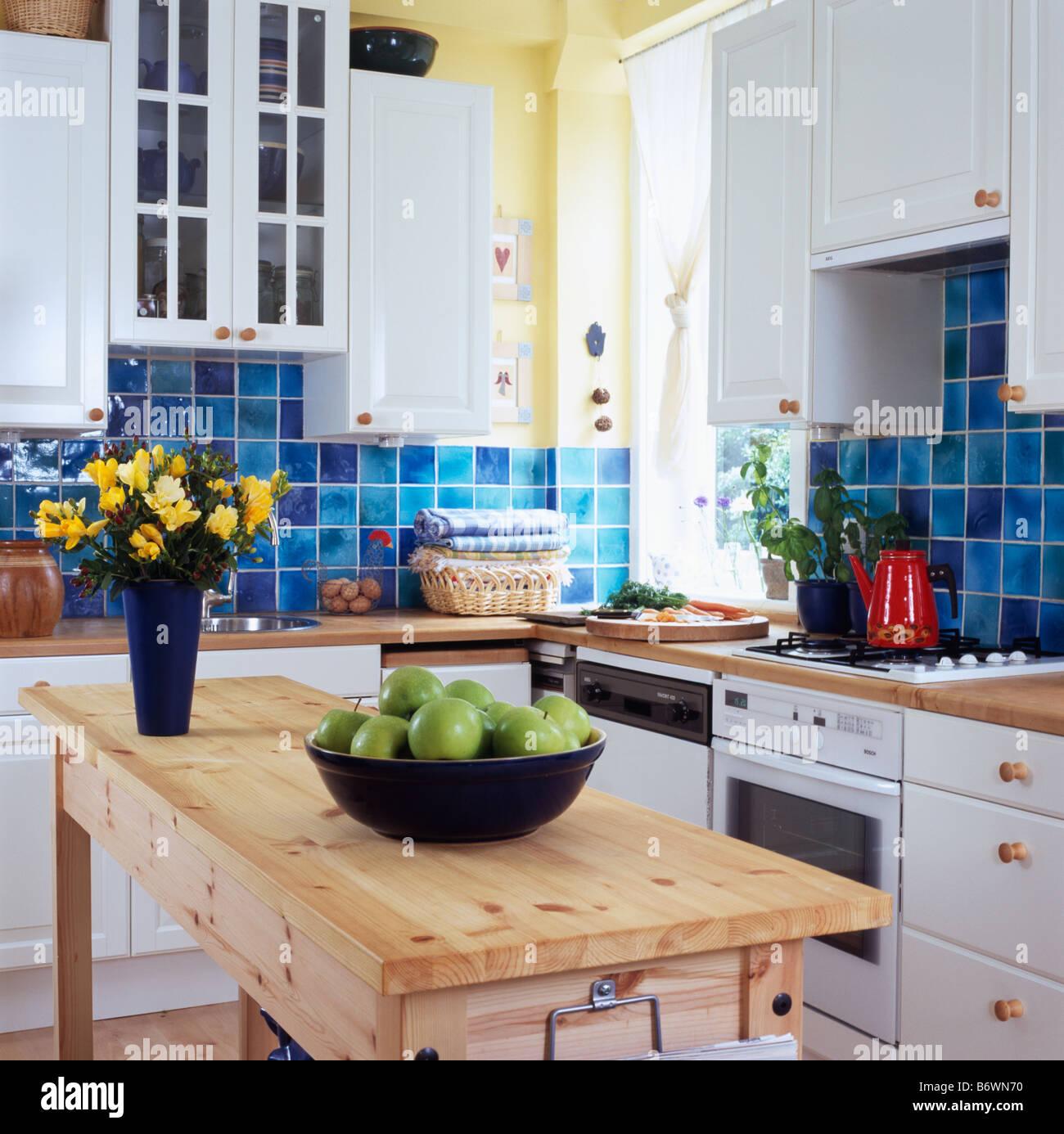 Schussel Mit Grunen Apfeln Am Einfachen Holztisch In Der Kuche Mit