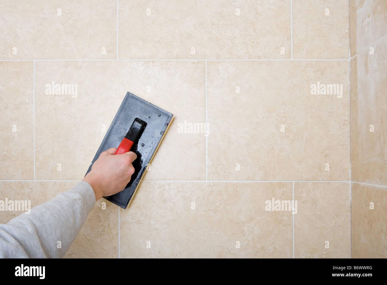 verfugen der fliesen dekorateur stockfoto, bild: 21467364 - alamy