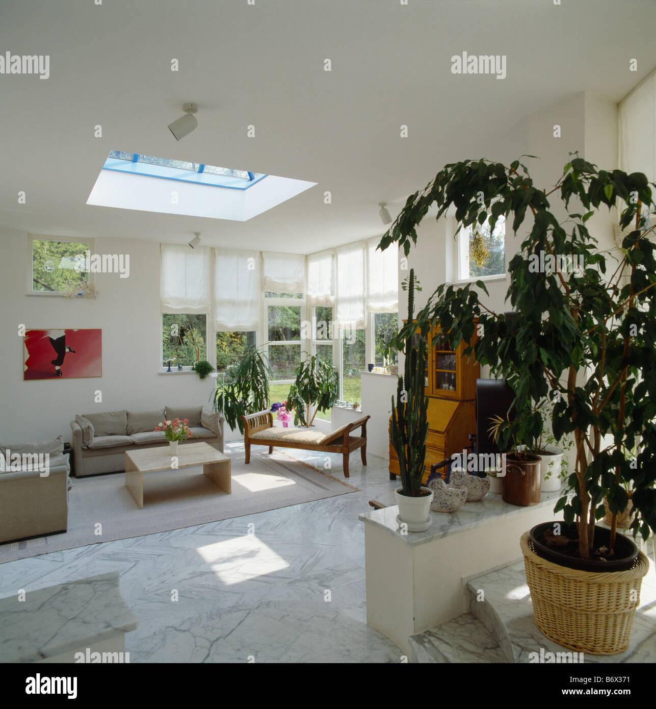 Beige Sofas und Marmor Bodenfliesen im modernen weißen Wohnzimmer ...