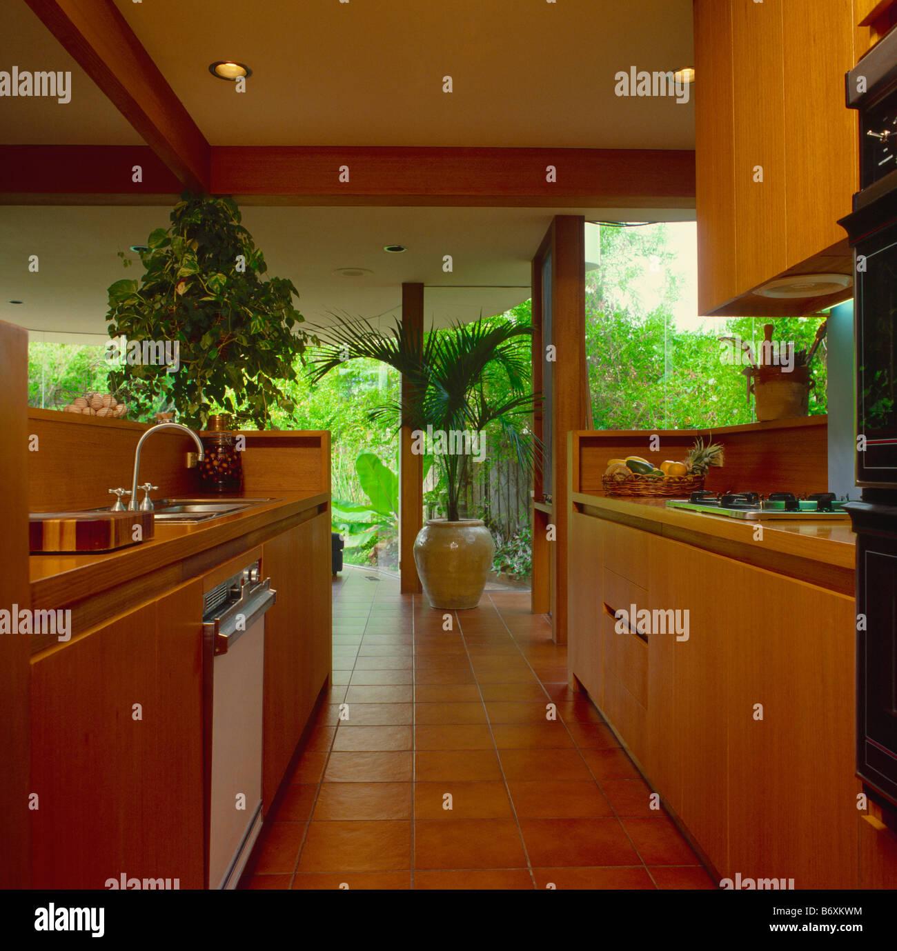 Offene Kuche Mit Zimmerpflanzen Aus Holz Einheiten Und Bodenbelag
