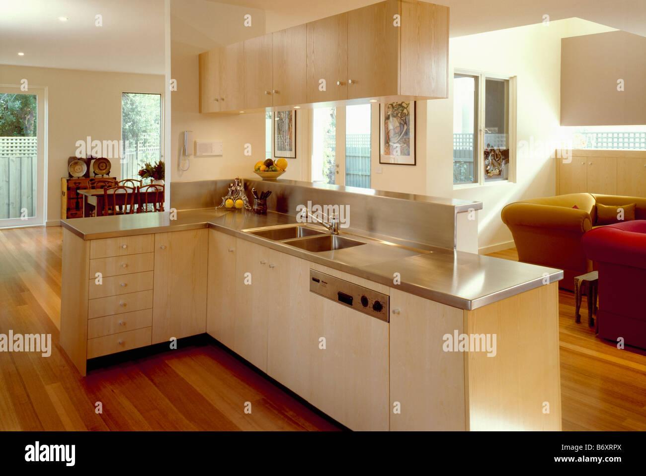 edelstahl arbeitsplatten und ausgestattete geschirrsp ler in offene k che mit hellen holz. Black Bedroom Furniture Sets. Home Design Ideas