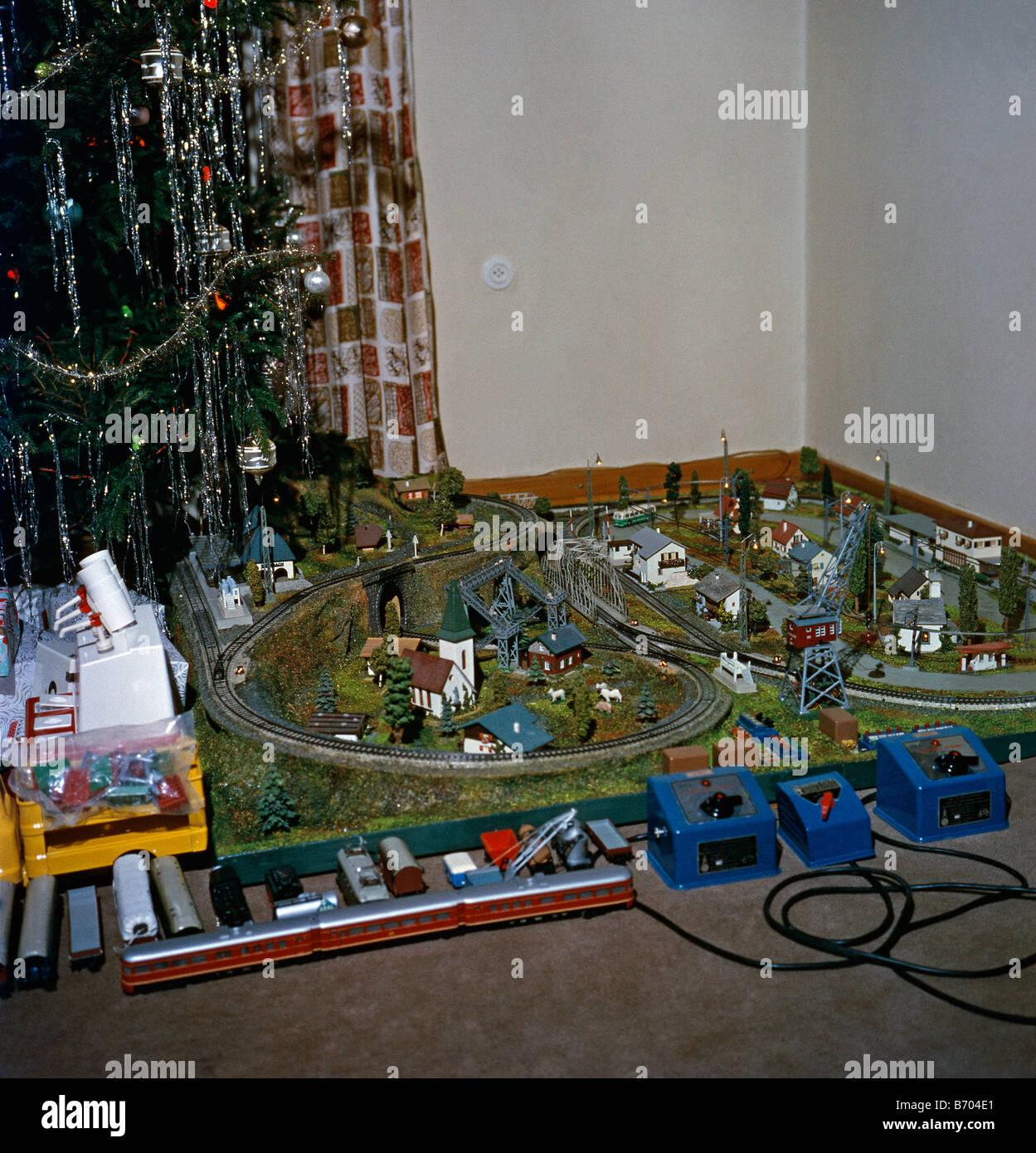 living room christmas tree 1960s stockfotos living room christmas tree 1960s bilder alamy. Black Bedroom Furniture Sets. Home Design Ideas