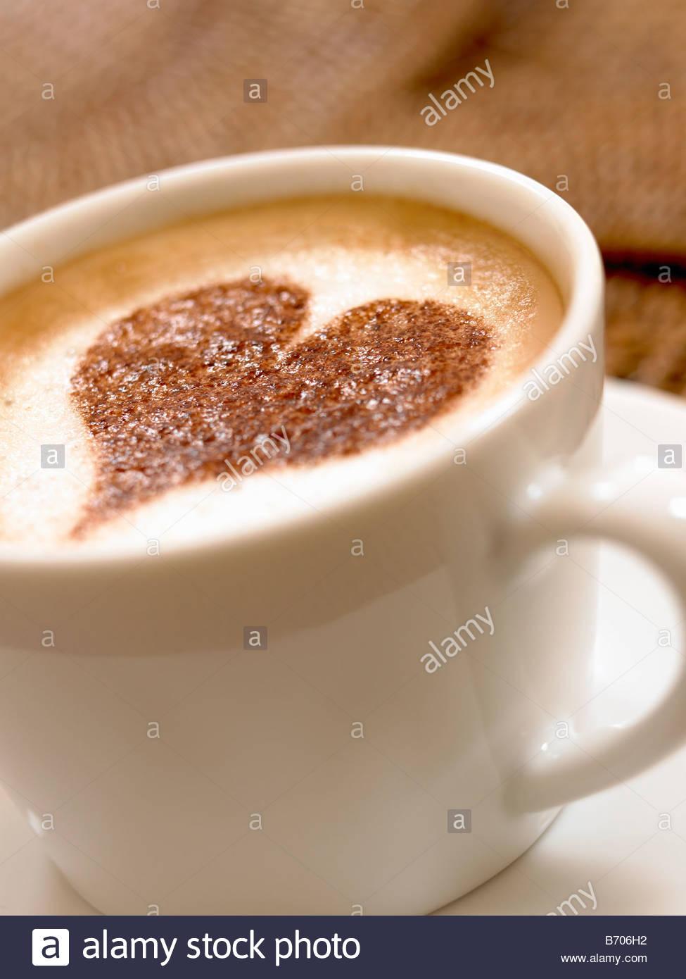Herzform Dekoration auf Schaum in Kaffeetasse Stockbild