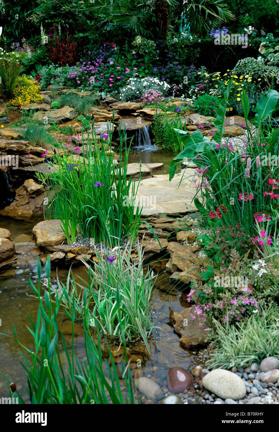 Attraktive Renaturierung Mit Kleinen Wasserfallen In Einem