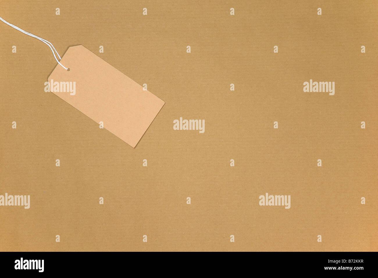 Braune Papiertüte mit einem leeren Tag an Schnur Stockbild