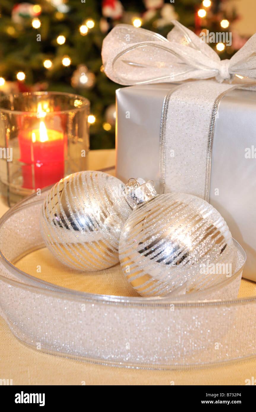 Beleuchtete Christbaumkugeln.Silber Urlaub Christbaumkugeln Oder Ornamente Mit Einem Geschenk