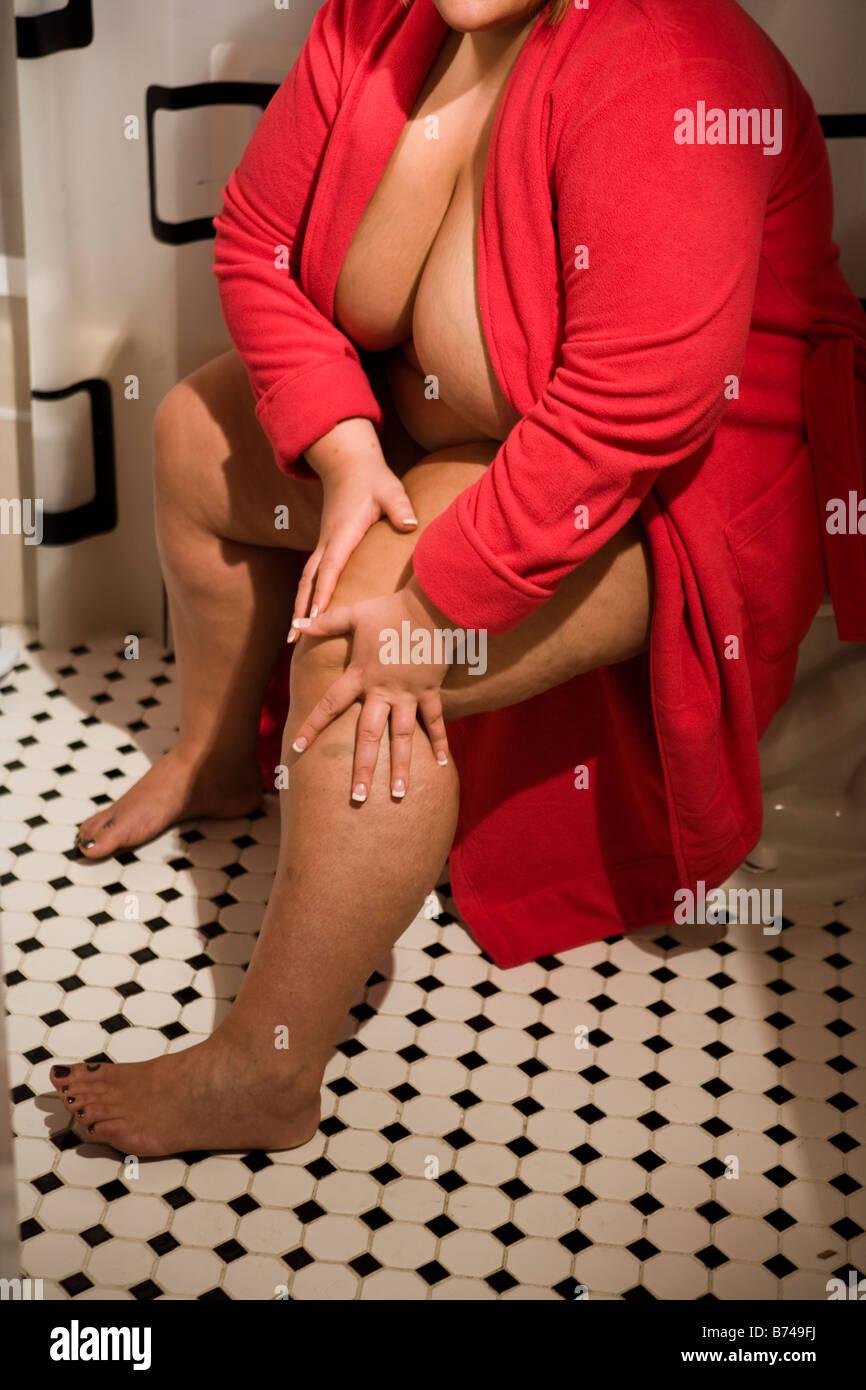 Frau nackt im bademantel