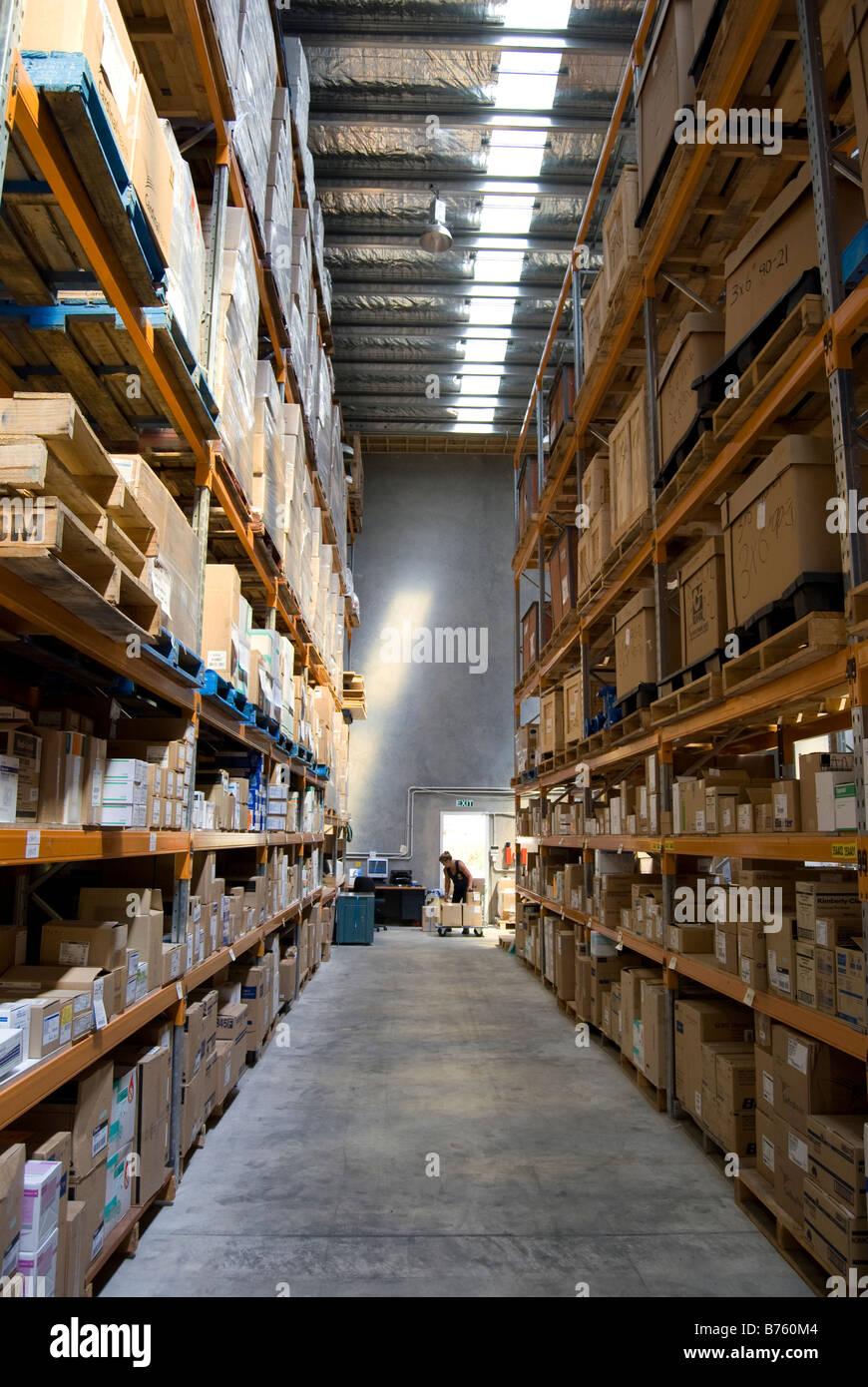 Large Warehouse Interior Online Distribution Stockfotos & Large ...