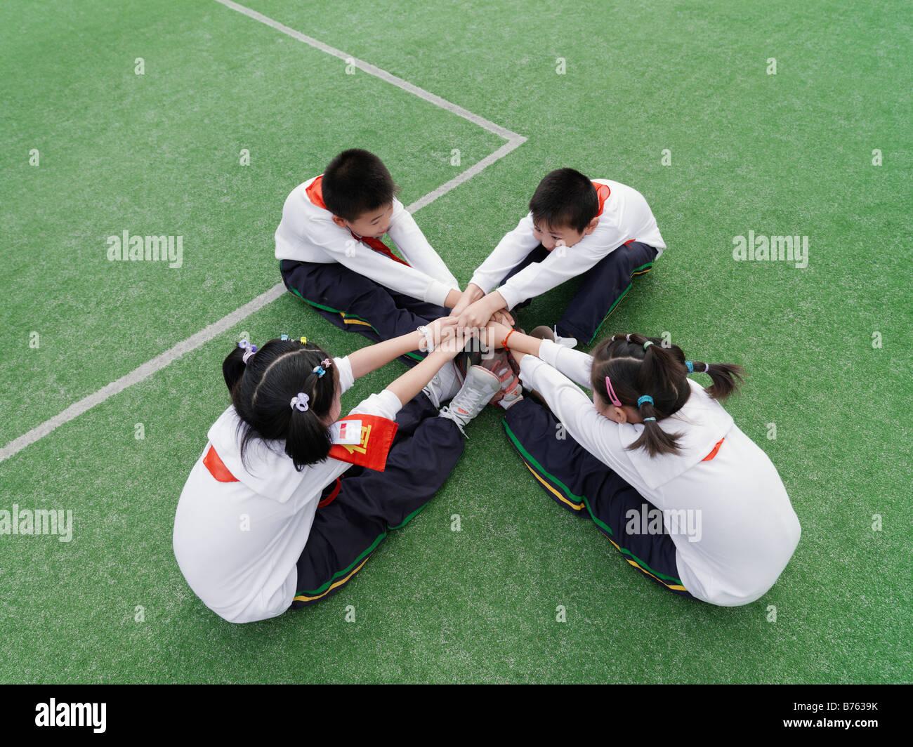 Schülerinnen und Schüler Dehnung während einer körperlichen Fitness-Klasse. Stockbild