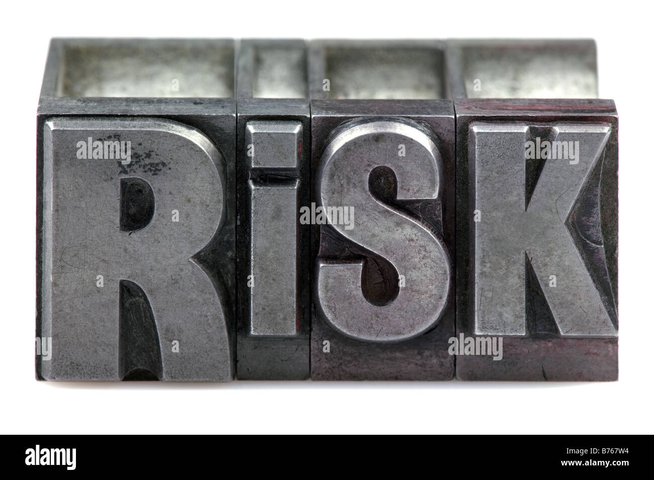 Das Wort Risiko in alten Buchdruck Blöcke isoliert auf weißem Hintergrund Stockbild
