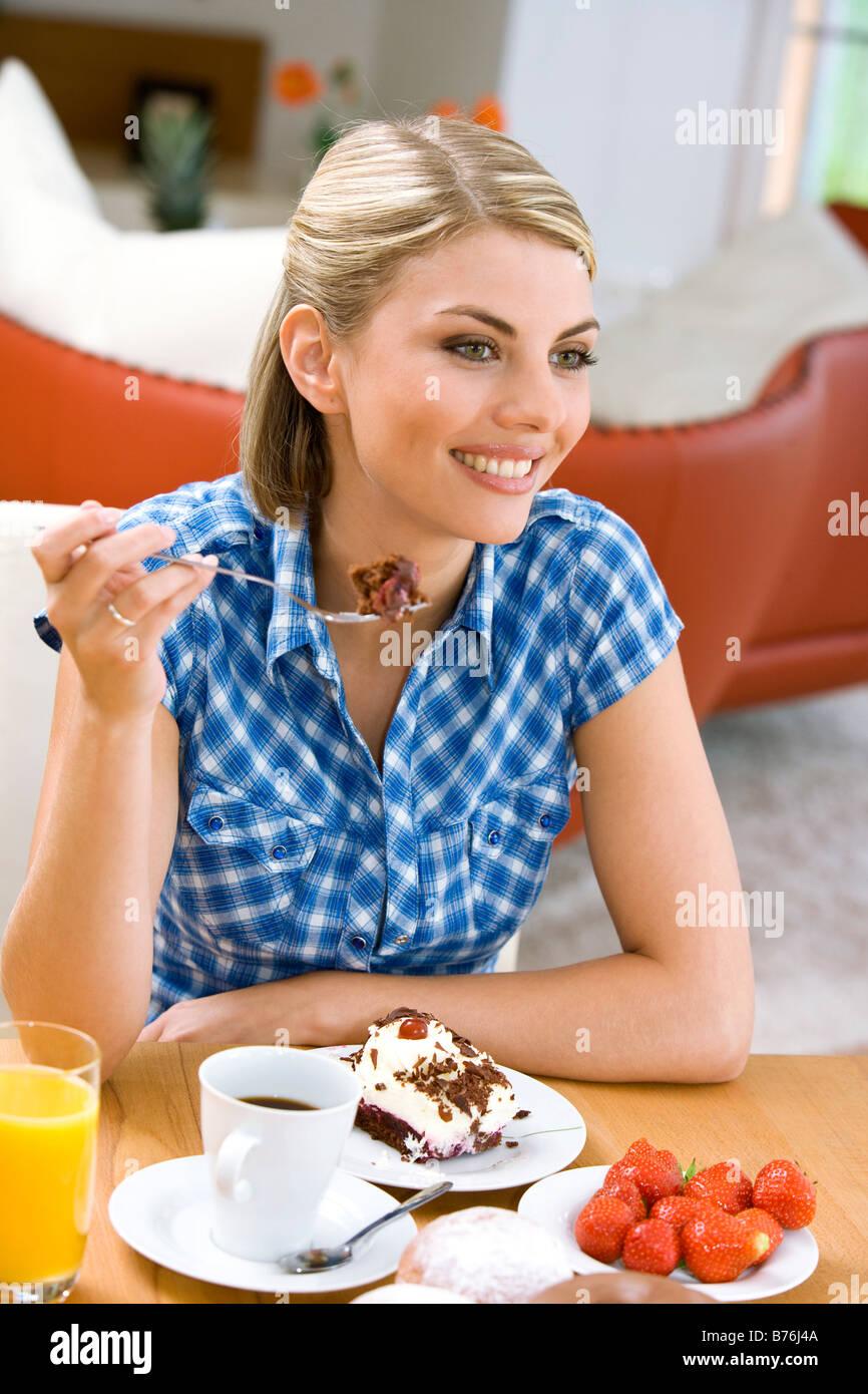 Frau Isst Ein Stueck Torte Frau Stuck Kuchen Essen Stockfoto Bild