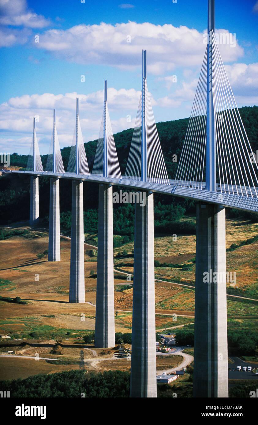Viaduc de Maillau, die höchste Brücke der Welt Fahrzeugverkehr in Millau Aveyron Frankreich Stockfoto