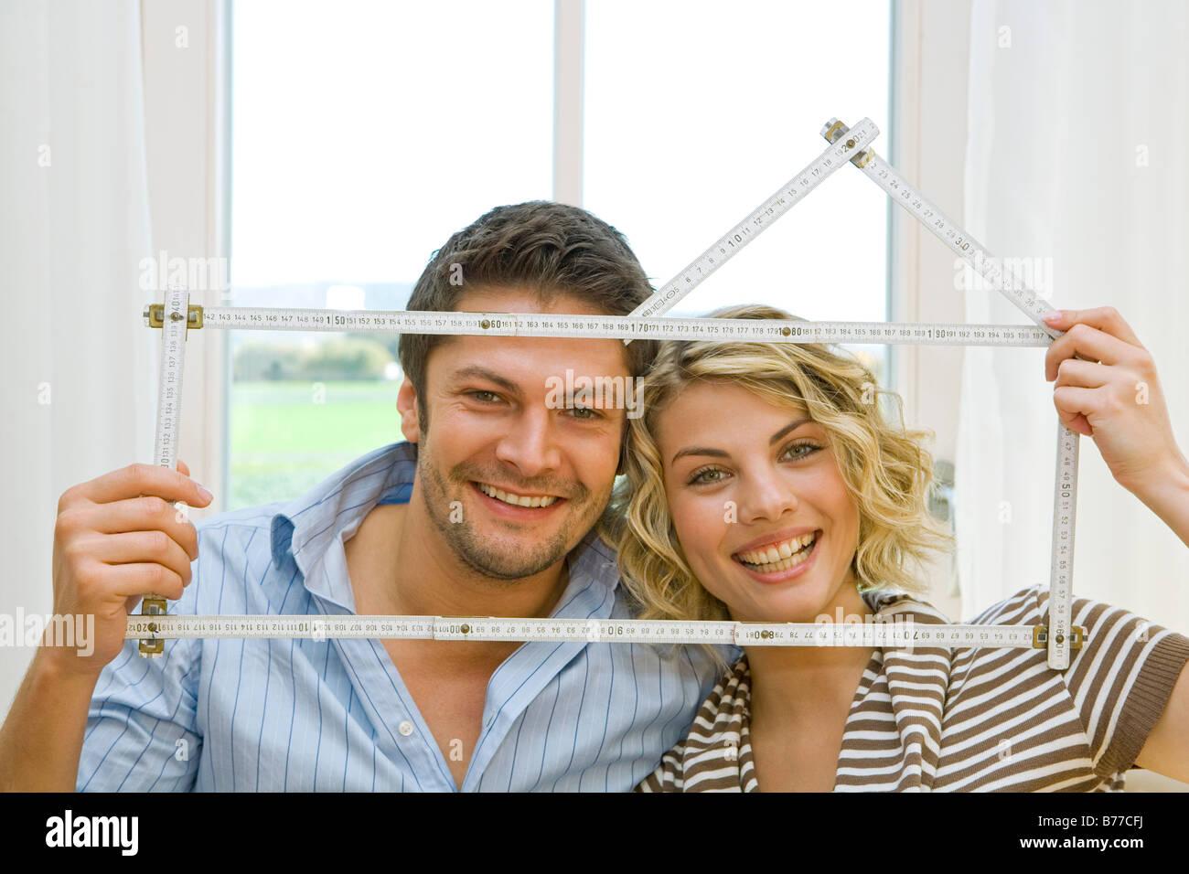 Paar-Anlage Ein Eigenheim, glückliches junges Paar plant ein Zuhause Stockbild