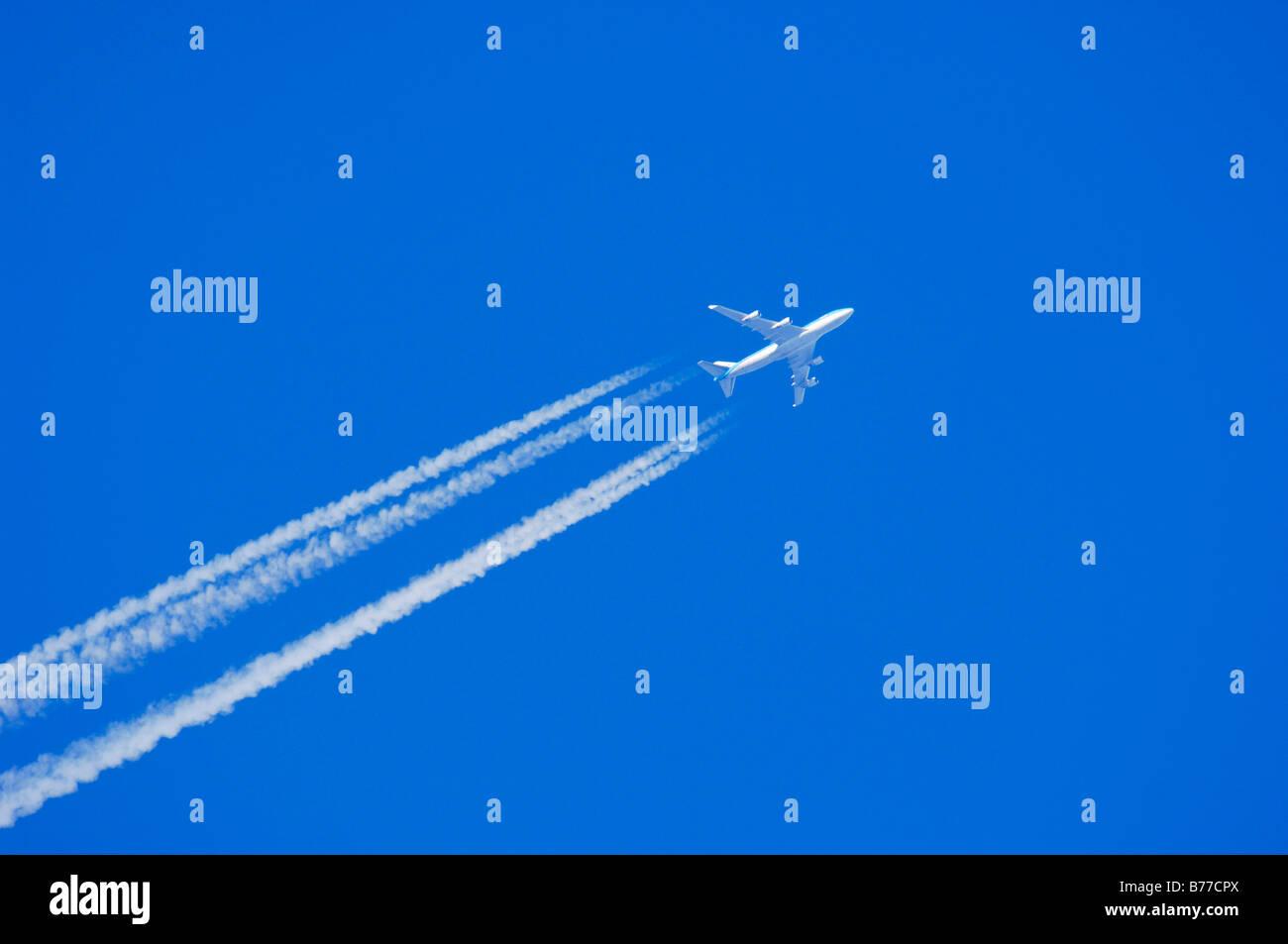 Flugzeug mit Kondensation trail Stockbild