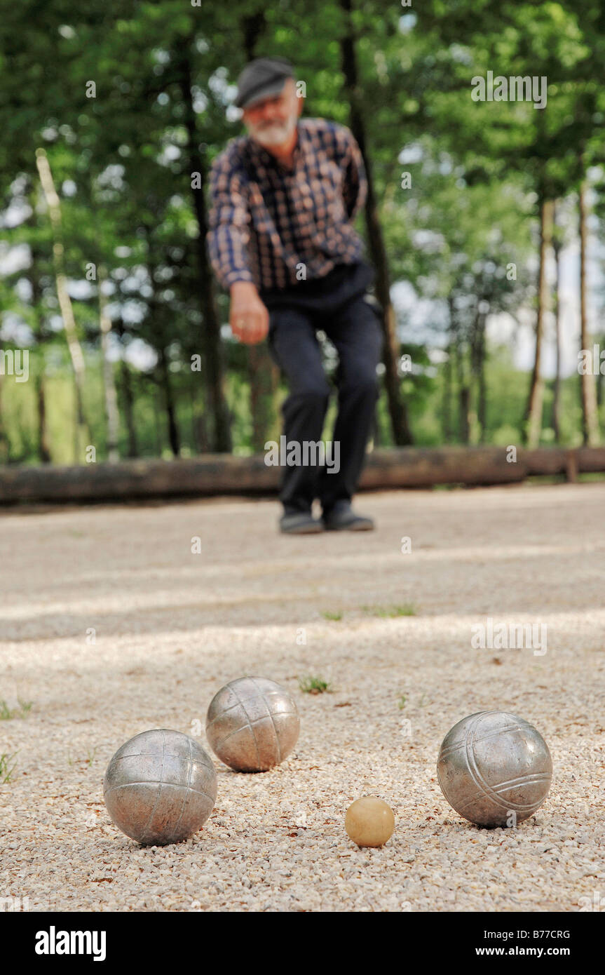 man playing boule petanque stockfotos man playing boule petanque bilder alamy. Black Bedroom Furniture Sets. Home Design Ideas