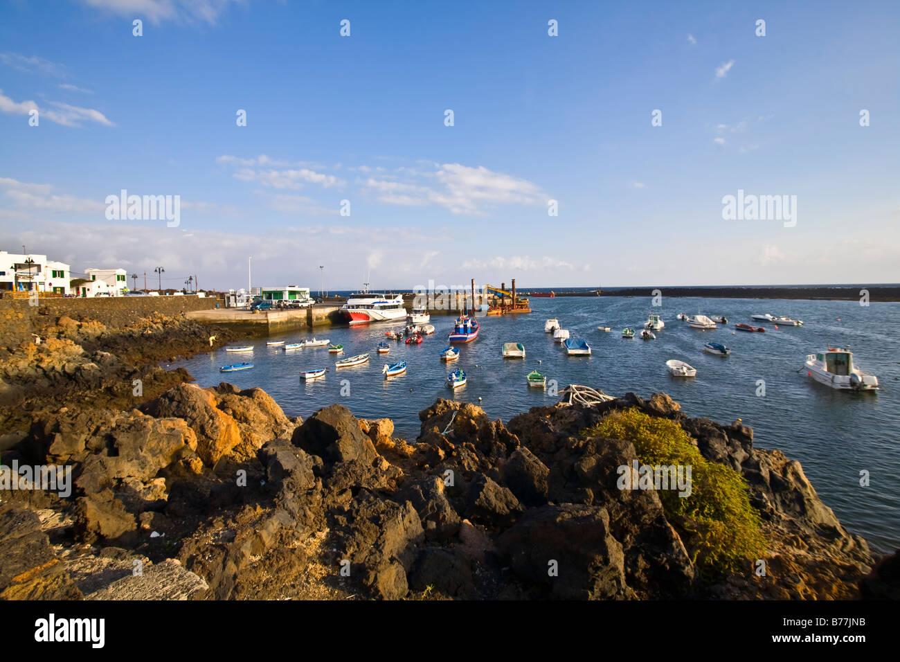 Orzola Hafen Hafen Hafen Schiffe Boote Fähre Angeln Lanzarote-Kanaren-Kanarische Inseln-Spanien-Europa Reisen Stockbild