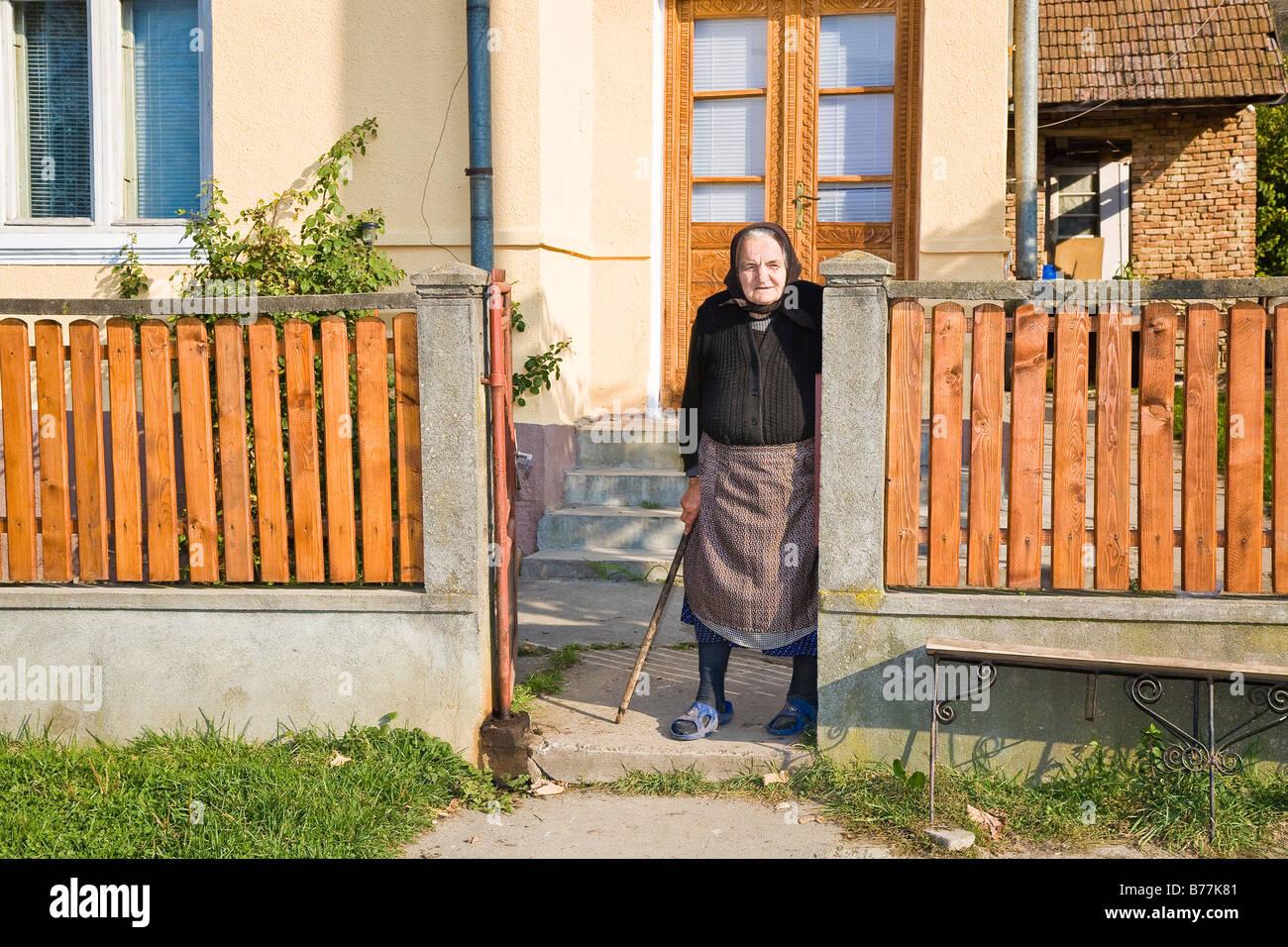 Portrat Einer Rumanischen Frau Mit Kopftuch Stand Neben Ihr Zaun