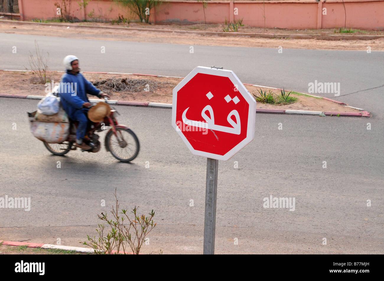 Mann auf einem Moped, Stop-Schild in Arabisch, Marrakesch, Marokko, Afrika Stockbild