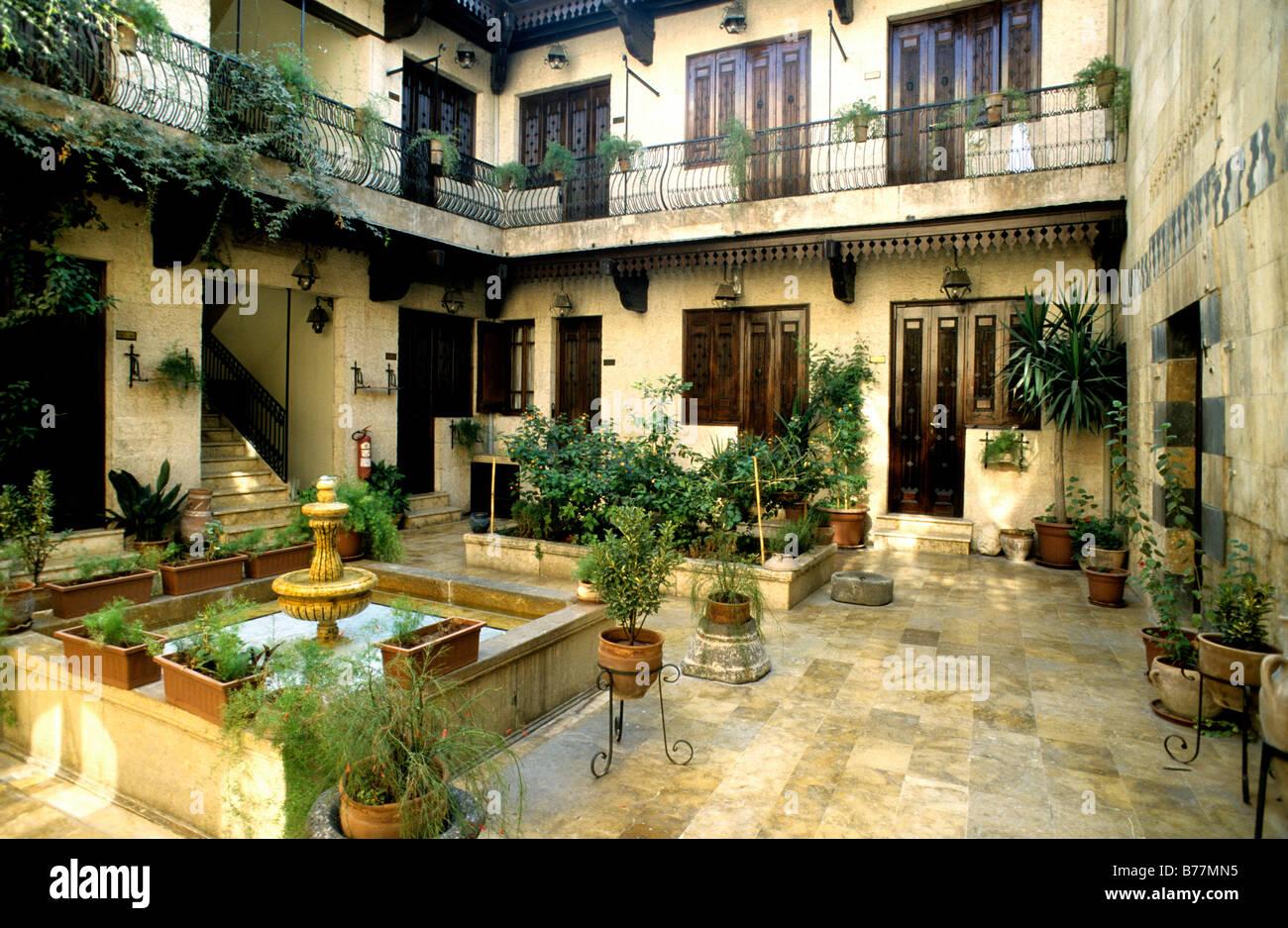 innenhof eines arabischen hauses im alten viertel der stadt aleppo syrien naher osten orient. Black Bedroom Furniture Sets. Home Design Ideas