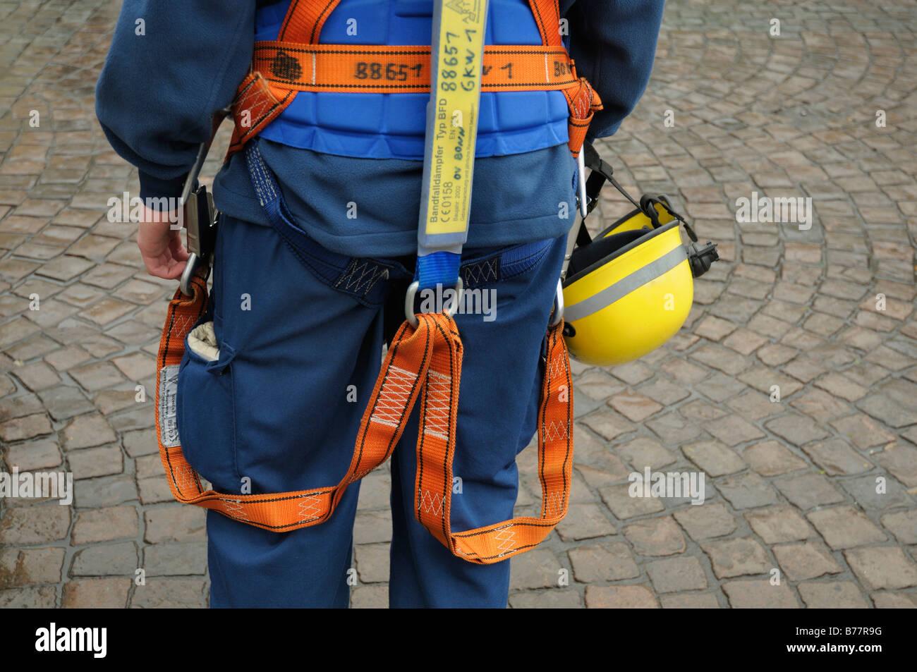 THW-Mitarbeiter, Rückansicht, Teilansicht, tragen einen Sicherheitsgurt und Helm auf seine Hüften, Europäische Stockbild
