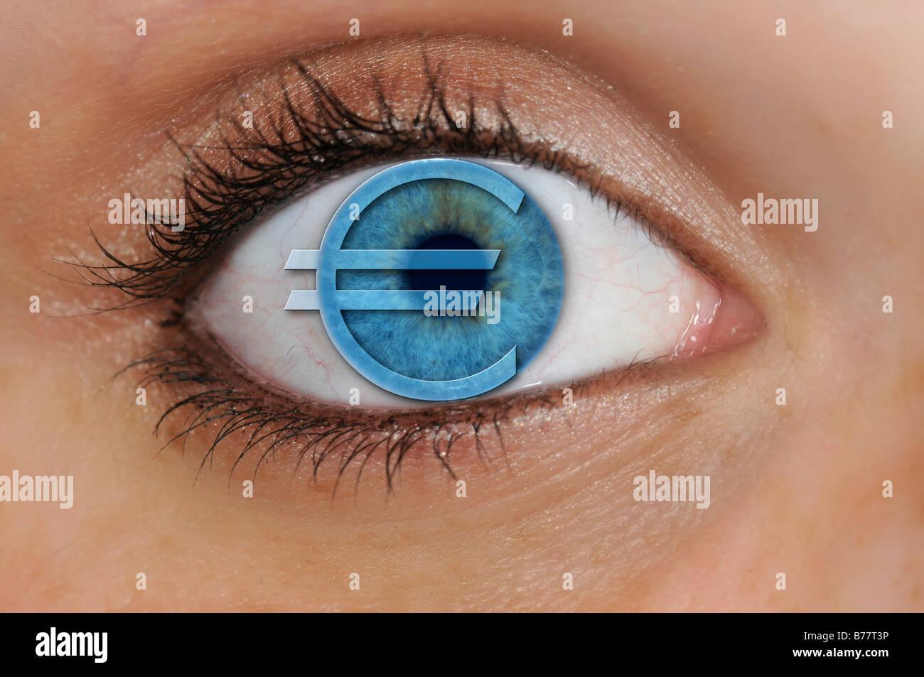 Auge mit einem Euro-Symbol überlagert eine blaue Iris, Detail, symbolisch für Geiz Stockbild