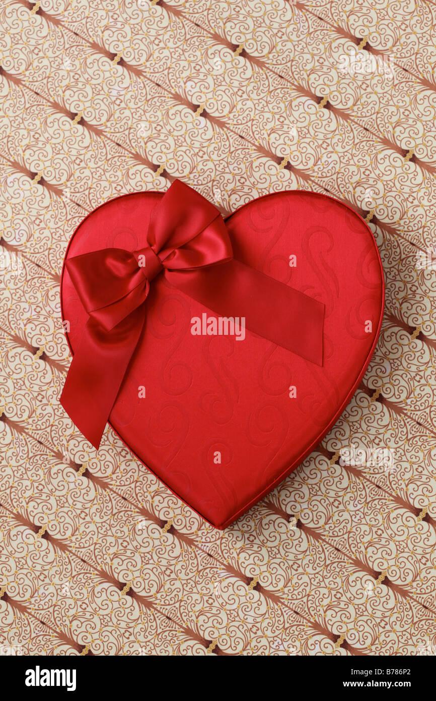 Valentine Candy Herzbox mit roter Schleife Stockbild